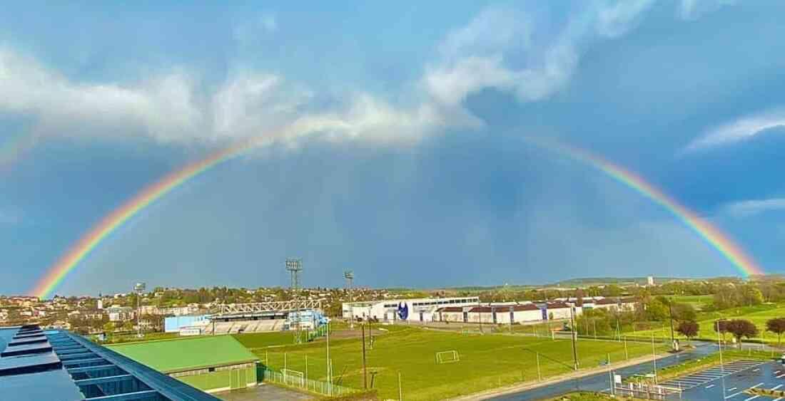 Regenbogen über Sporthalle und Messegelände