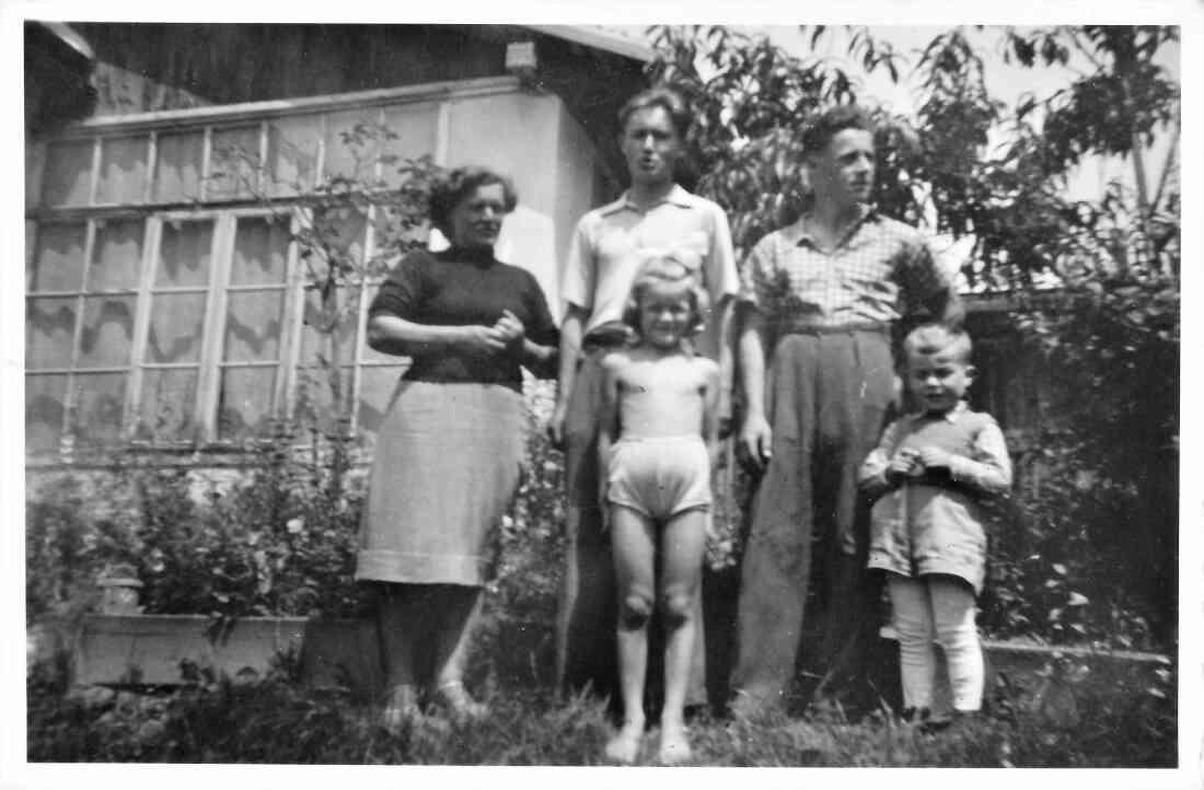"""Familienfoto: Hedwig Toth mit ihren Kindern und einem sogenannten """"Kostgeher"""""""
