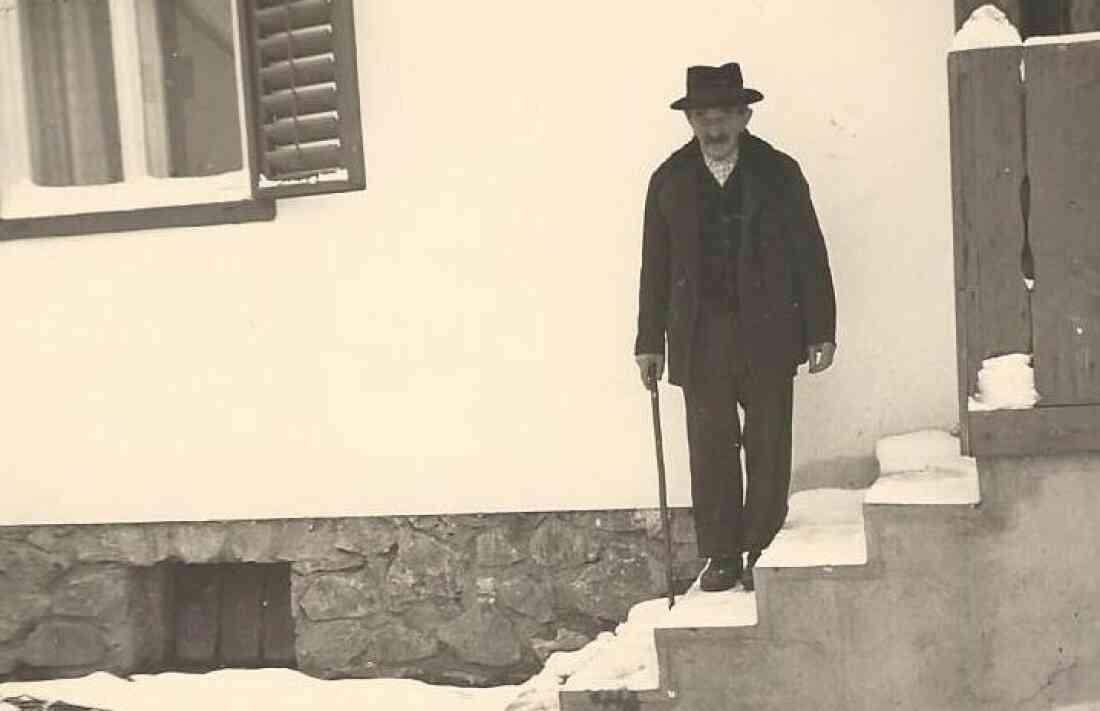 Zambo Lajos (1884-1965) vor seinem Haus (Graf-Erdödy-Straße 33, vormals Oberwart 451)