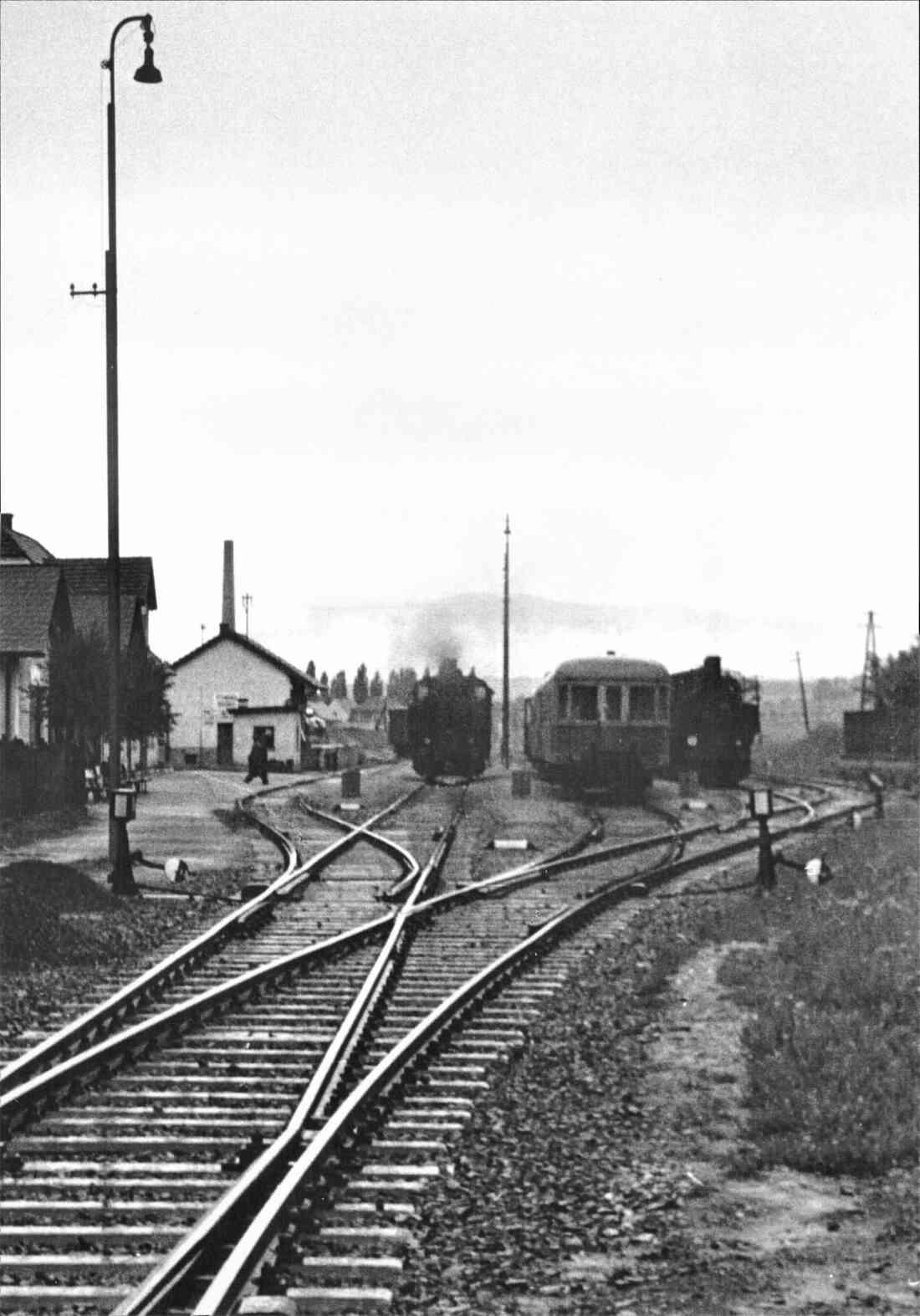 Bahnhof mit Triebwagen und Dampfloks