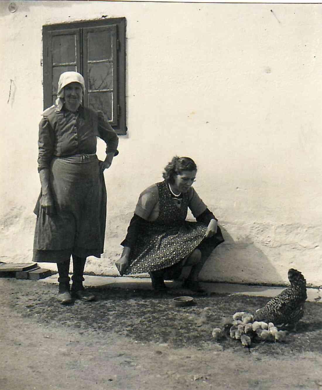 Amanda Kiss und Tochter Theresia Kiss mit Huhn und Küken
