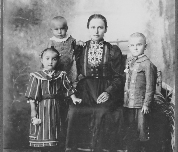 Julianna Gaal *1885 / +1966 mit Kindern
