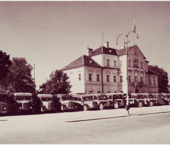 Südburg-Busse vor dem Gerichtsgebäude