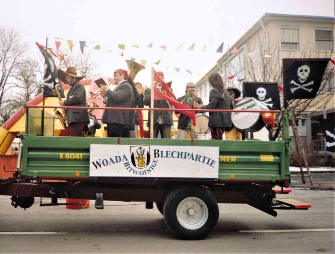 """IGFD: """"Woada hintwahnige Blechpartie"""" - Die Piraten unterwegs mit dem Traktoranhänger"""